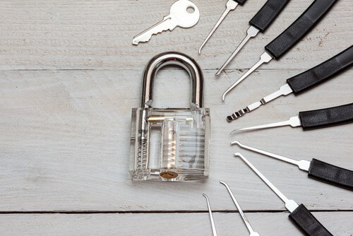 When to Contact a Locksmith